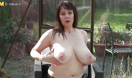 जीभ पर चश्मे के साथ सेक्स मूवी एचडी में लड़की